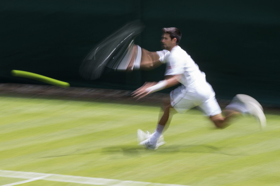Od uczestników Wimbledonu wymaga się białych strojów. Na zdjęciu: Novak Djoković /PETER KLAUNZER /PAP/EPA