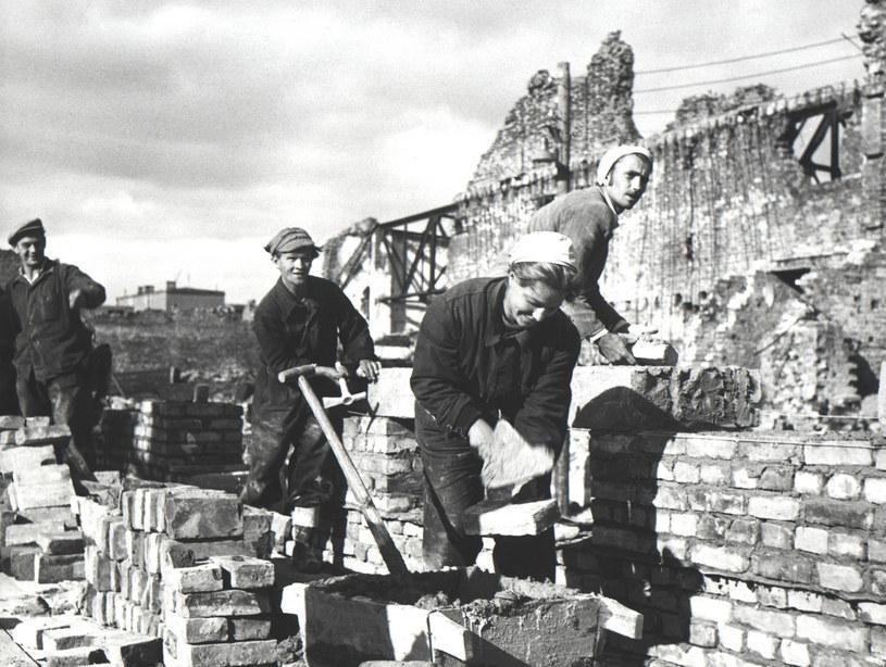 Odbudowa zbombardowanej Warszawy w 1945 roku /Laski Diffusion /East News