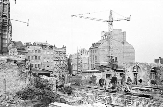 Odbudowywane kamienice. Widoczny dźwig budowlany /Siemaszko Zbyszko /Ze zbiorów Narodowego Archiwum Cyfrowego