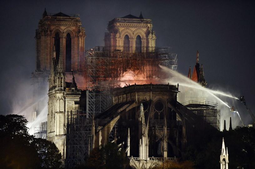 """""""Odbudujemy katedrę Notre Dame"""" - zapewnił prezydent Francji Emmanuel Macron /JULIEN DE ROSA /PAP/EPA"""