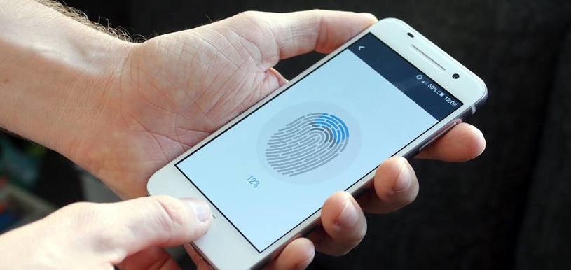 Odcisk palca - w pierwszych modelach smartfonów, ta technologia potrafiła płatać figle. Teraz jest znacznie lepiej /materiały prasowe