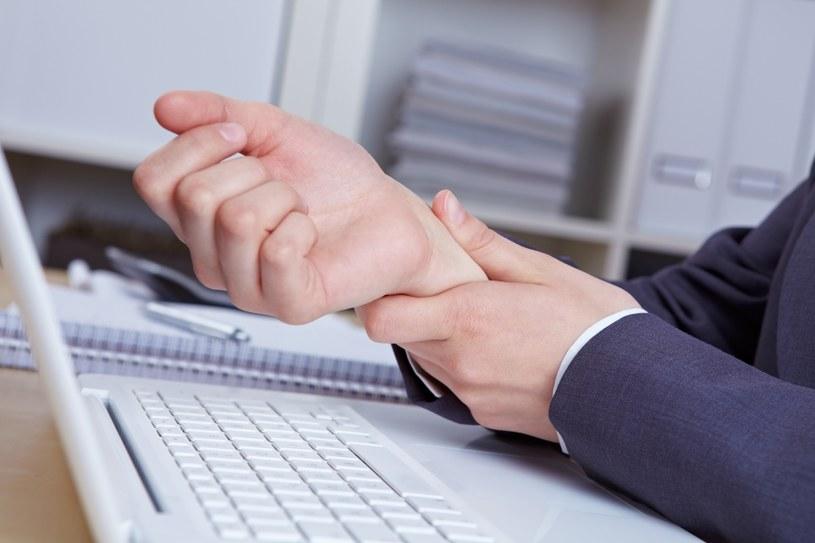 Odczuwasz ból podczas pracy? /©123RF/PICSEL