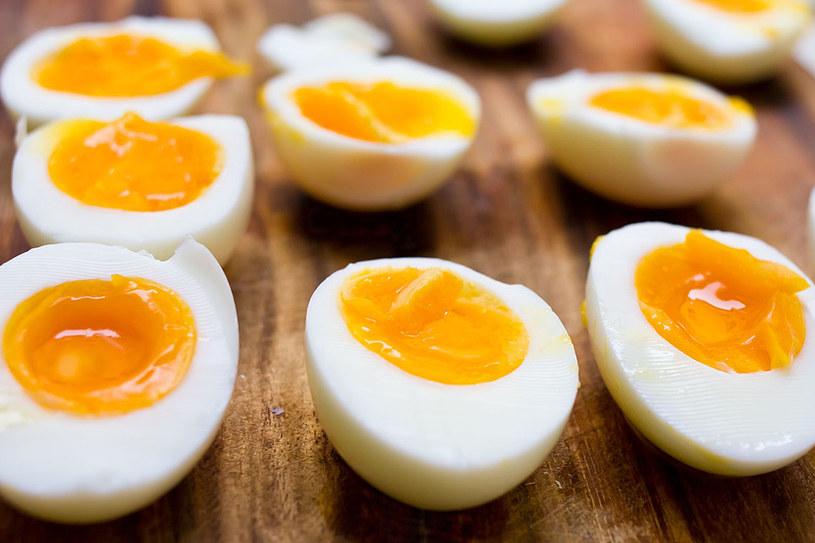 Odczuwasz wyraźnie brak witamin? Zmień dietę! Częściej sięgaj np. po jajka, które są ich niocenionym źródłem /123RF/PICSEL