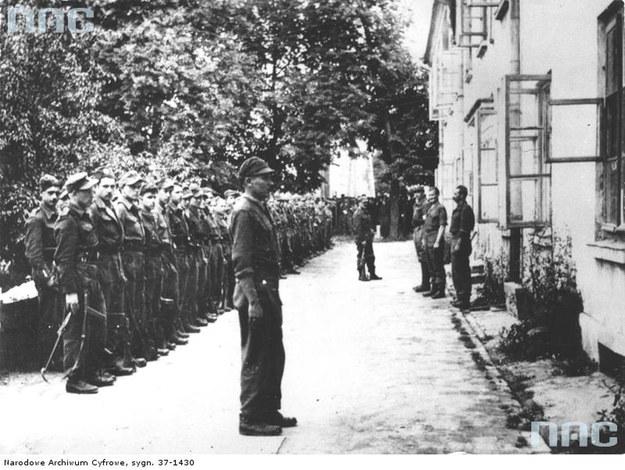 """Oddział por. """"Podkowy"""" tuż przed rozbrojeniem, Szczebrzeszyn, 30 lipca 1944 r. (fot. z książki Szymona Nowaka """"Oddziały Wyklętych"""" /Z archiwum Narodowego Archiwum Cyfrowego"""