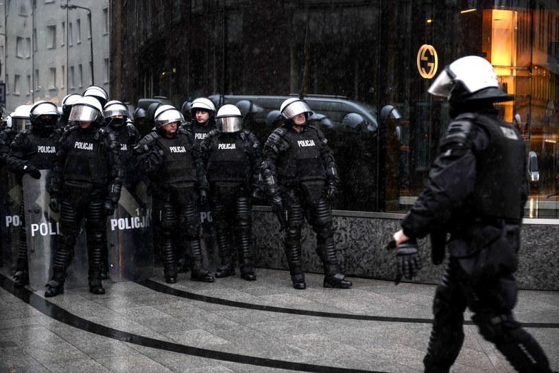 Oddział prewencji policji na rogu ulic Nowogrodzkiej i Brackiej, w trakcie przemarszu Marszu Niepodległości przez centrum Warszawy /Jakub Kamiński   /PAP