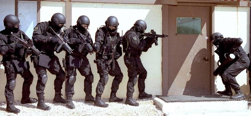 Oddział specjalny nie szturmuje mieszkania tak po prostu, wpadając do środka niczym banda brutalnych zbirów. Każdy jej członek ma przypisaną określoną funkcję /AFP
