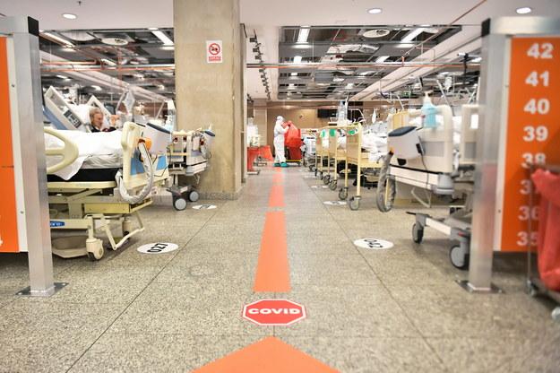 Oddział szpitala tymczasowego w Warszawie /Andrzej Lange /PAP