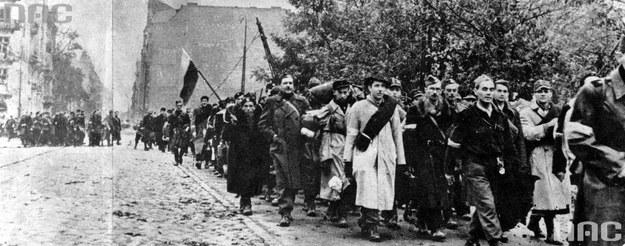 Oddziały Armii Krajowej opuszczają Warszawę po kapitulacji /Z archiwum Narodowego Archiwum Cyfrowego