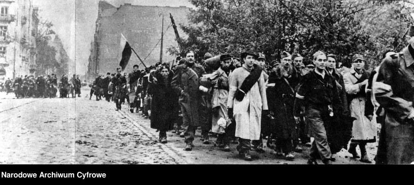 Oddziały Armii Krajowej opuszczają Warszawę po kapitulacji /Ze zbiorów Narodowego Archiwum Cyfrowego
