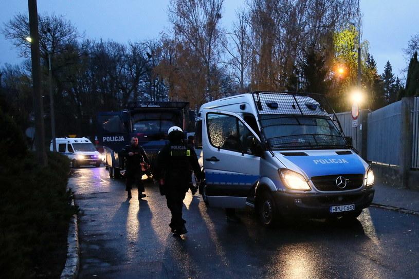 Oddziały policyjne przed Komendą Miejską Policji w Koninie /Tomasz Wojtasik /PAP