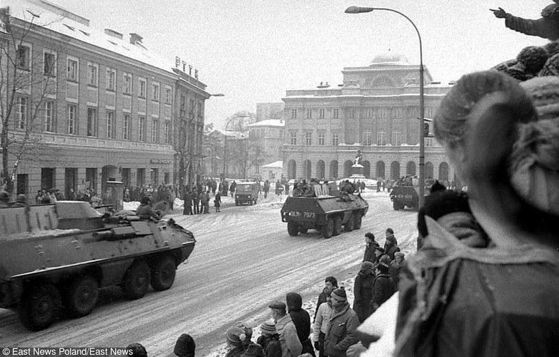 Oddziały wojska na Krakowskim Przedmieściu w Warszawie w okolicach Uniwersytetu. Początek stanu wojennego, zima 1981/82 /East News