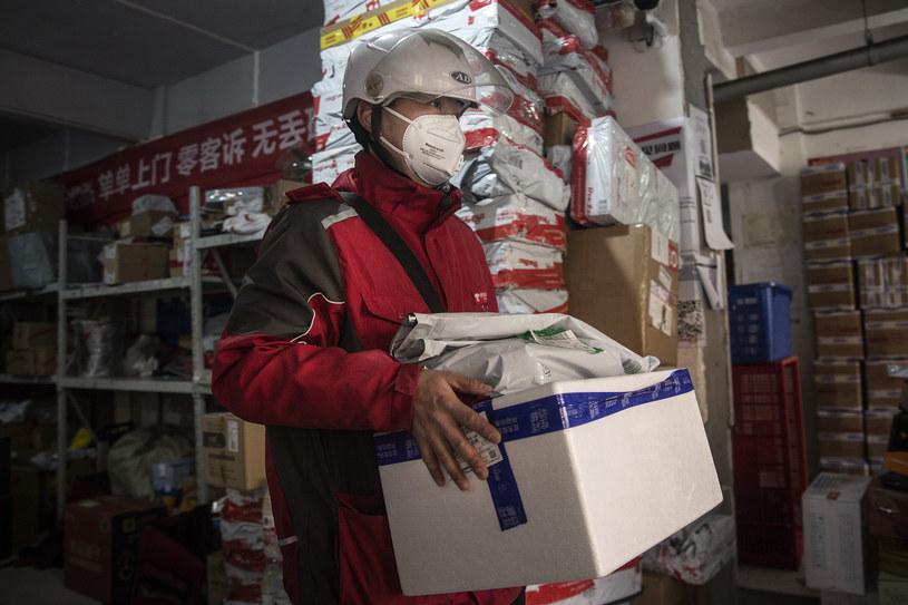 Odebranie paczki z Chin nie stanowi zagrożenia - uspokaja ekspert /STRINGER /Getty Images