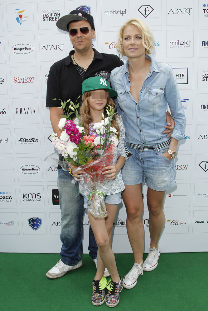 Odeta Moro-Figurska i Michał Figurski z córką Sonią na Warsaw Fashion Street /Engelbrecht /AKPA