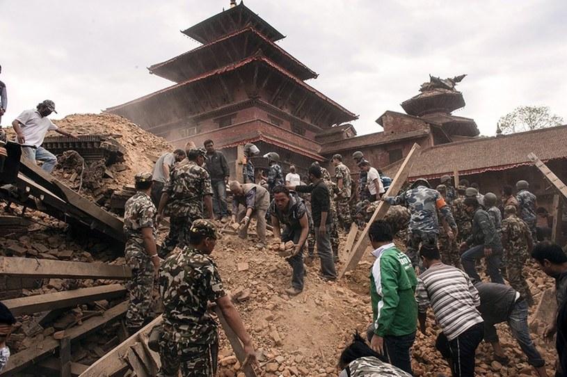 Odgruzowywanie zawalonego budynku w Katmandu /PAP/EPA
