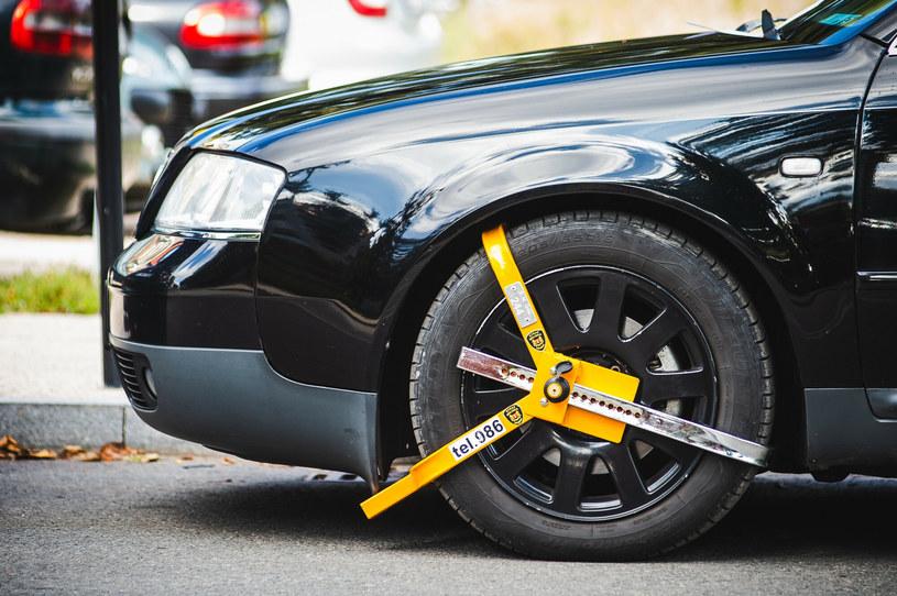 Odholować auto czy założyć blokadę mogą tylko straże miejskie/gminne i policja /Karol Makurat /Reporter