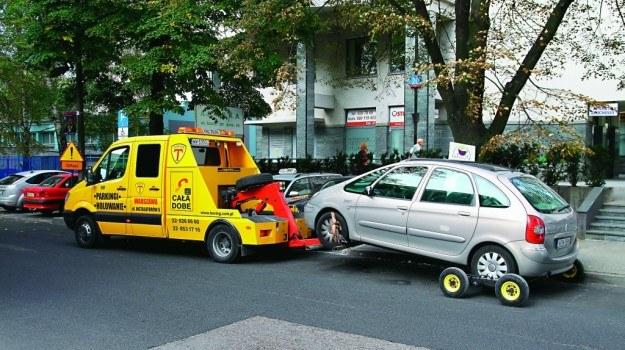 Odholowanie samochodu bywa bezprawne. /Motor