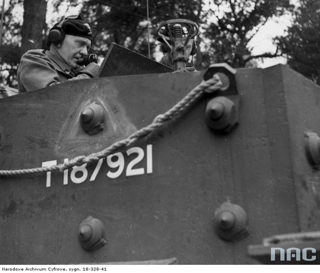Odjazd czołgu Cromwell VII szwadronu sztabowego. Gen. Stanisław Maczek mówi przez laryngolofon, Scarborough, 1944 /Z archiwum Narodowego Archiwum Cyfrowego