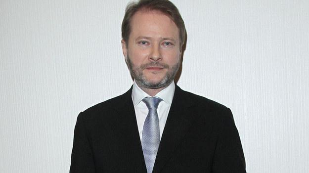 – Odkąd gram duchownego, mam większe zrozumienie dla ludzkich błędów, popełnianych często niechcący – przyznaje Artur Żmijewski. /Engelbrecht /AKPA