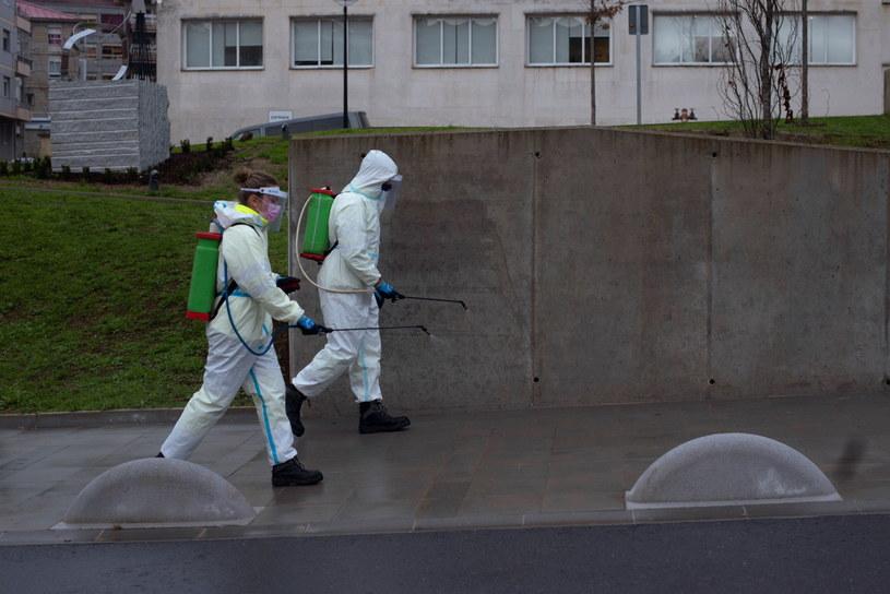 Odkażanie okolic szpitala we Włoszech /BRAIS LORENZO /PAP/EPA