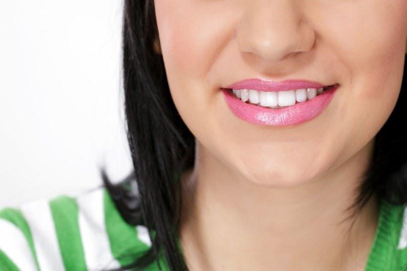 Odkładaniu się płytki sprzyja palenie papierosów, spożywanie dużych ilości słodyczy czy nieprawidłowa higiena jamy ustnej /123RF/PICSEL