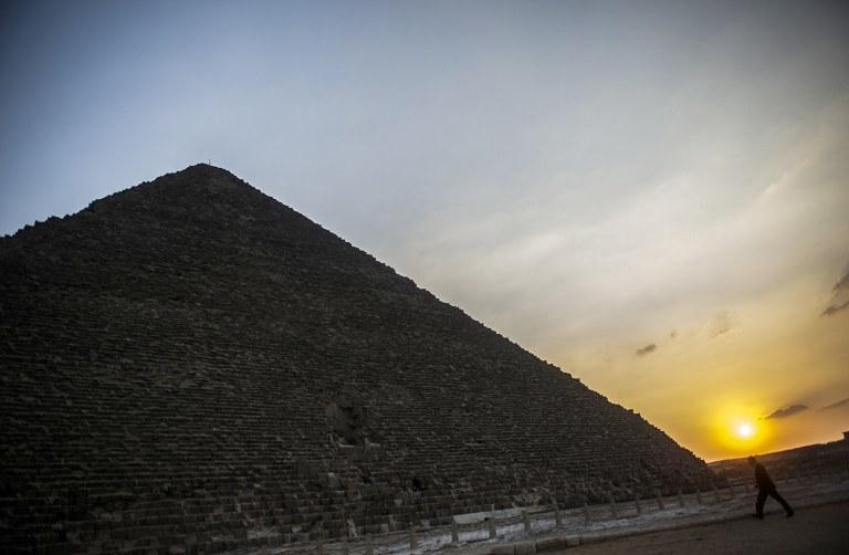 Odkrycie dotyczące podstawy piramidy będzie istotne przy dalszych badaniach tej budowli /AFP