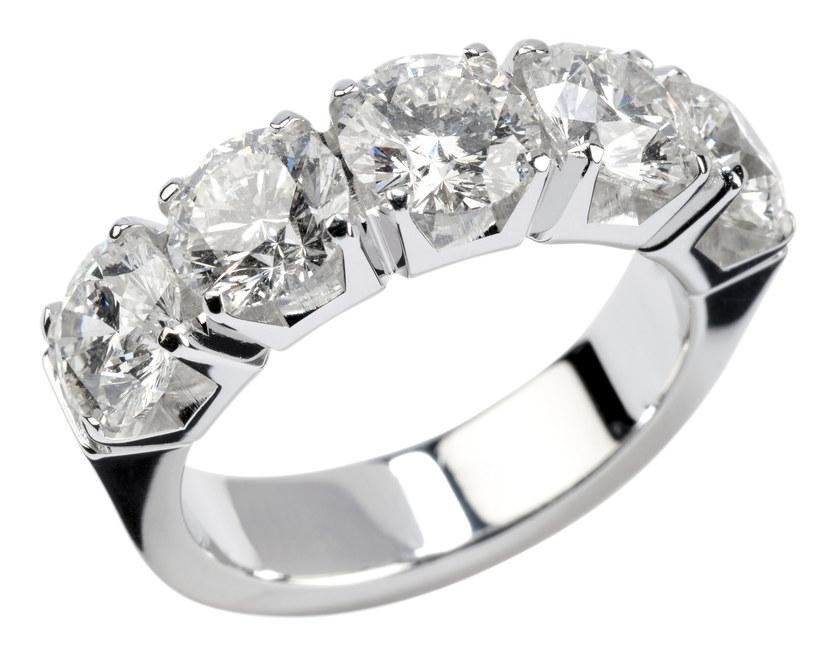 Odkryj moc dodatków - srebrne pierścionki na każdą okazję /materiały prasowe