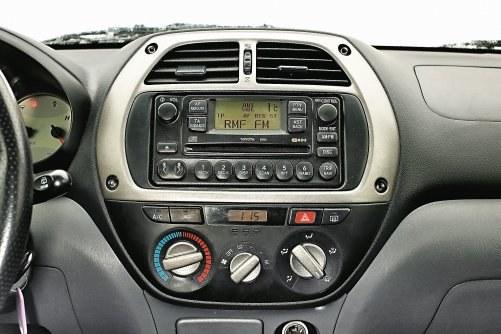 Odkryte śruby na konsoli środkowej nie trafiły w gust nabywców wersji sprzed liftingu. /Motor