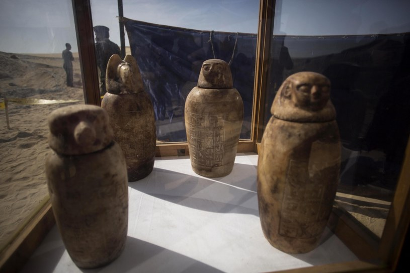 Odkryto również wazy i figurki /IBRAHIM YOUSSEF /PAP/EPA