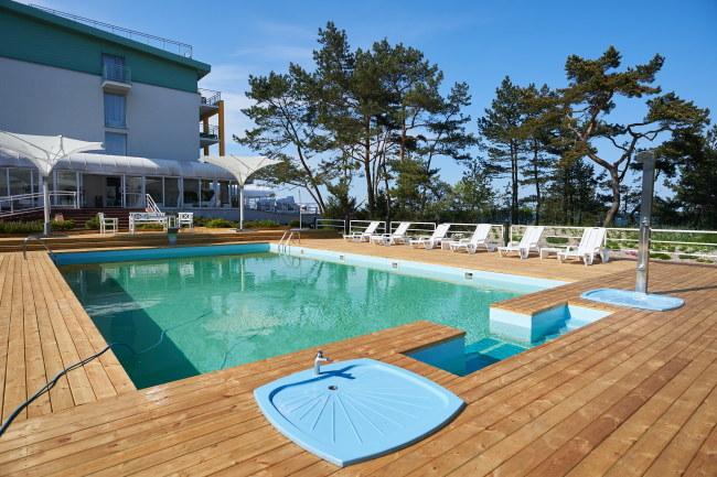 Odkryty basen w hotelu Bryza w Juracie /Adam Warżawa /PAP