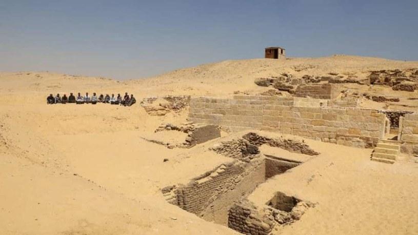 Odkryty cmentarz znajduje się na obrzeżach Kairu /materiały prasowe