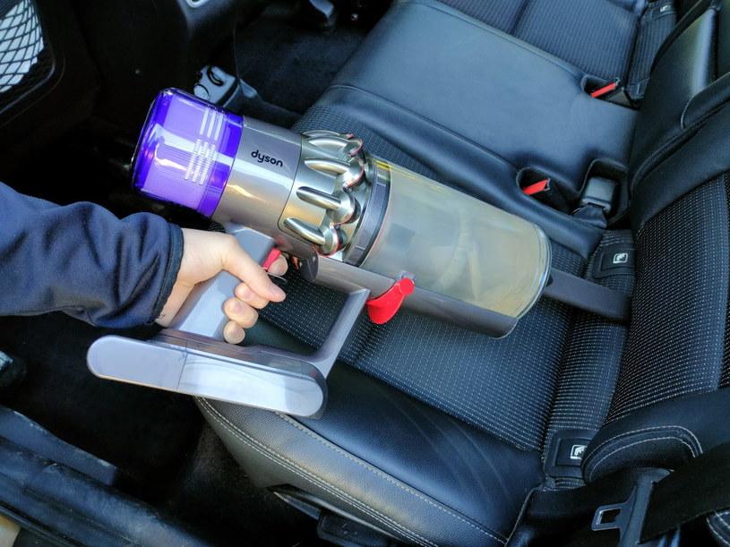 Odkurzacz naprawdę dobrze sprawdzi się podczas sprzątania samochodu /INTERIA.PL