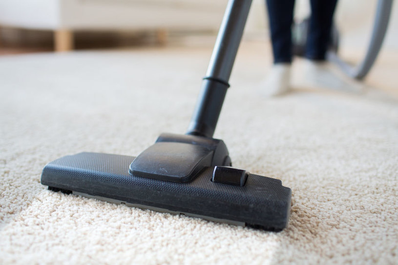 Odkurzanie dywanu /©123RF/PICSEL