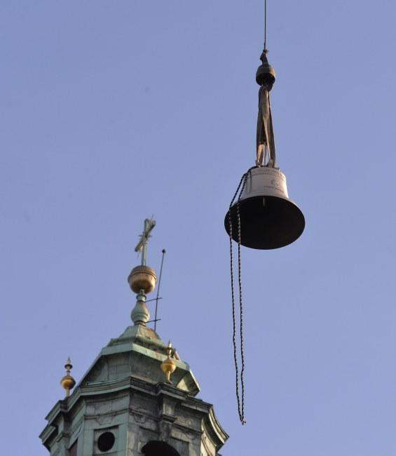 Odlany z brązu dzwon waży pół tony i ma 93 cm średnicy /Jacek Bednarczyk /PAP
