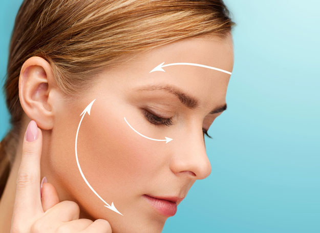 Odmładzanie uszu to procedura chirurgiczna /123RF/PICSEL
