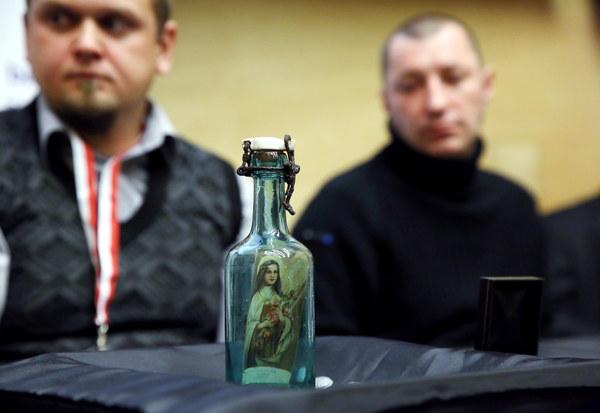 Bartłomiej Kuraś z fundacji Niezłomni i muzealnik historyk Jarosław Andrukajtis prezentują znalezioną butelkę Jana Boguszewskiego ps. Bitny