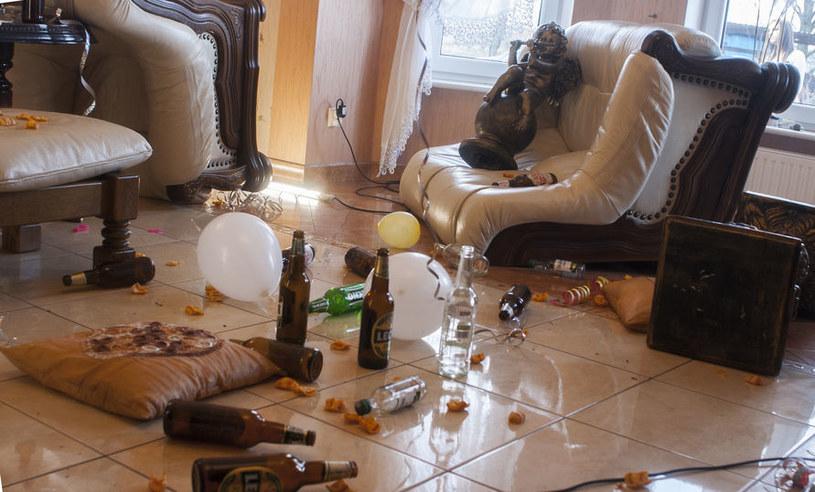 Odosobnienie w kwarantannie, izolacji, a nawet w oddelegowaniu do pracy zdalnej może sprzyjać używaniu alkoholu /123RF/PICSEL