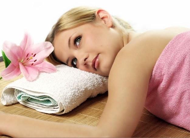 Odpoczynek w wannie z aromatycznymi dodatkami błyskawicznie pobudzi cię do działania /© Panthermedia