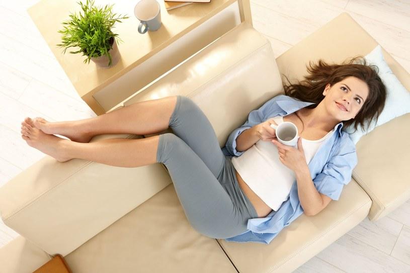 Odpoczywaj z nogami wyżej - to pomoże zmniejszyć opuchliznę /123RF/PICSEL