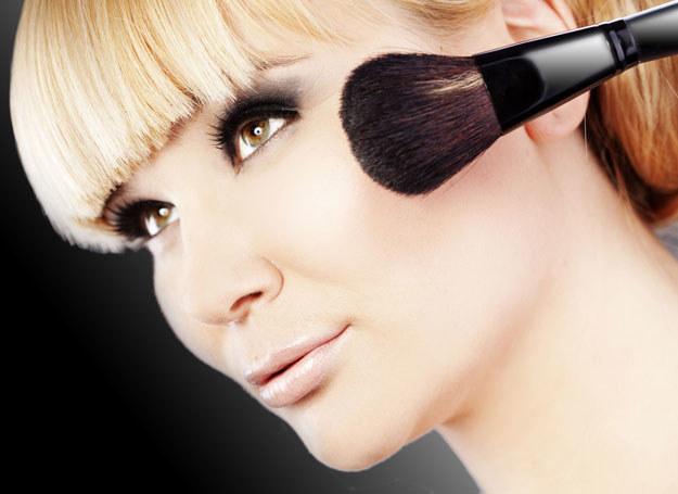 Odpowiedni makijaż ma za zadanie złagodzić częste o tej porze roku problemy z cerą /123RF/PICSEL