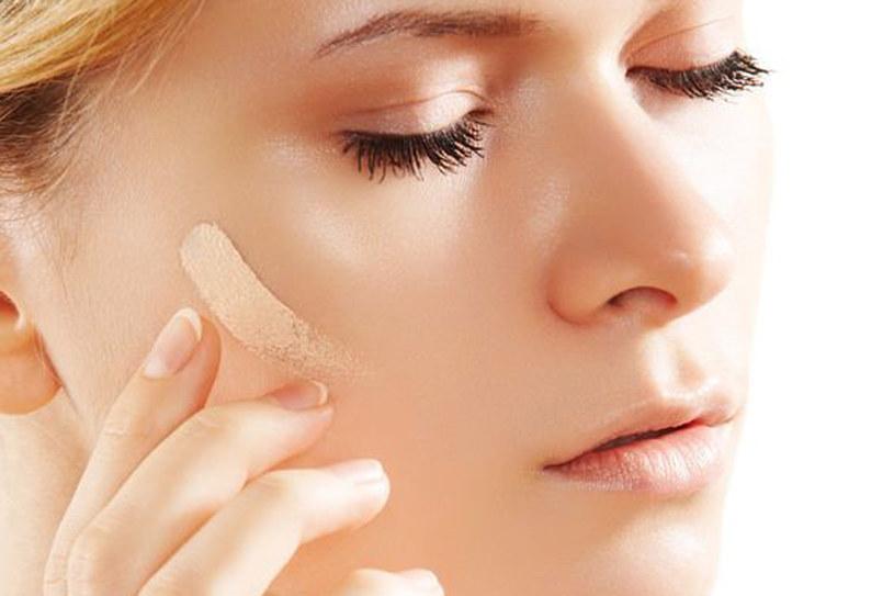 Odpowiedni podkład nie tylko zatuszuje niedoskonałości, ale także odżywi skórę /123RF/PICSEL