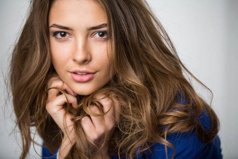Odpowiednia pielęgnacja jest kluczowa w zachowaniu dobrej kondycji włosów /123RF/PICSEL
