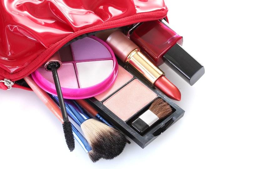 Odpowiednie akcesoria są niezbędne do wykonania strannego makijażu /123RF/PICSEL