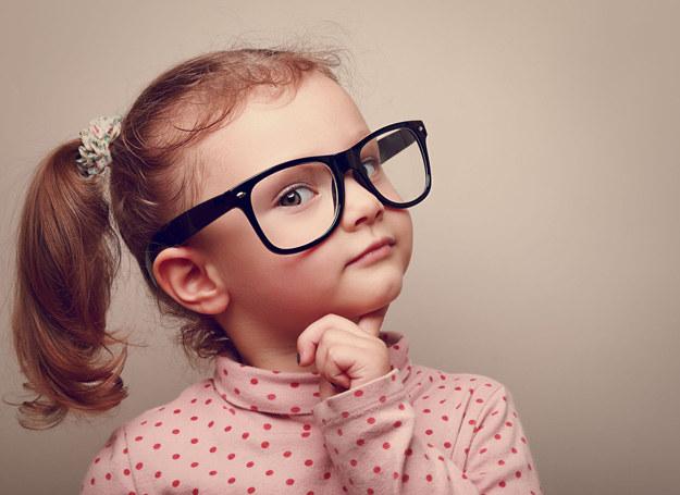 Odpowiednie szkła umożliwiają skuteczne skorygowanie różnych wad wzroku, np. zeza, astygmatyzmu czy krótkowzroczności. /123RF/PICSEL