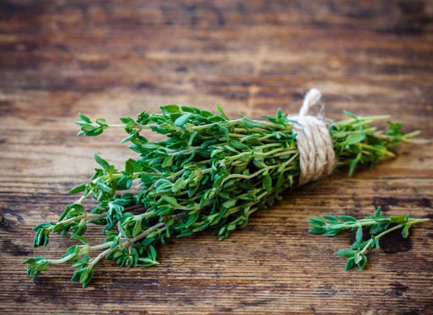 Odpowiednie zioła idealnie podkreślą smak kurczaka /123RF/PICSEL