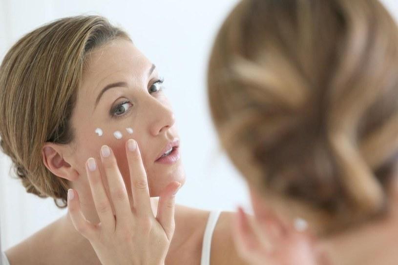 Odpowiednio dobrane kosmetyki i rytuały pielęgnacyjne wspomogą odbudowę i regenerację skóry /123RF/PICSEL