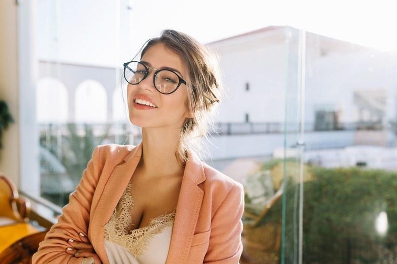 Odpowiednio dopasowane oprawki okularowe mogą pomóc w podkreśleniu naszego profesjonalizmu podczas wykonywania zobowiązań zawodowych /materiały promocyjne