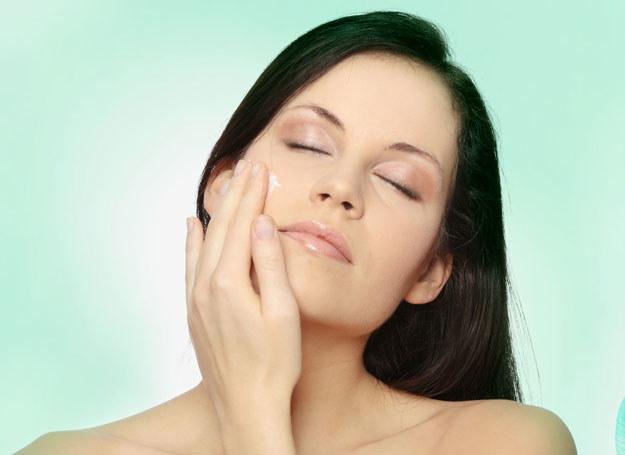 Odpowiednio nawilżona skóra będzie wyglądać świeżo i poprawi twoje samopoczucie /123RF/PICSEL