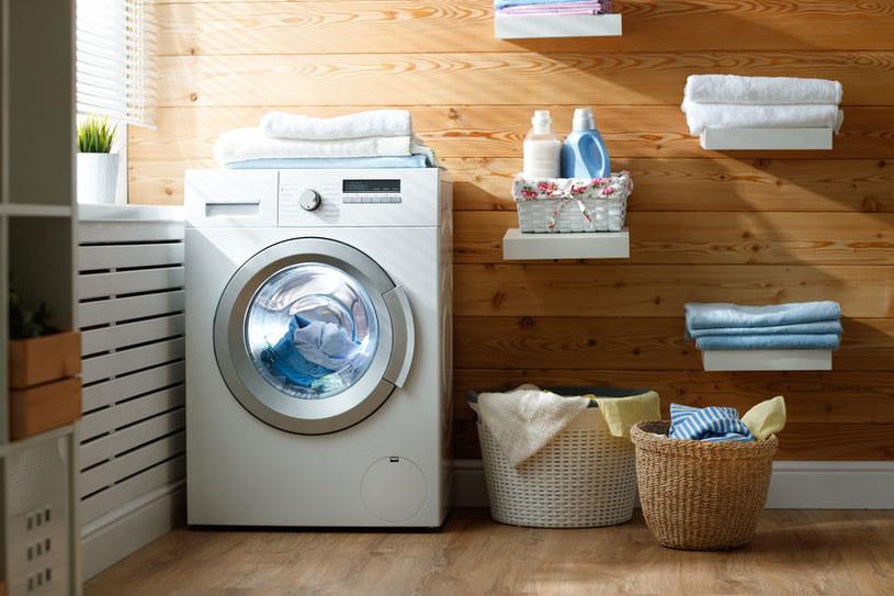 Odpowiednio ustaw pralkę /123RF/PICSEL