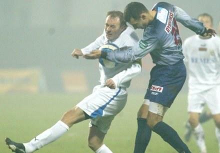Odra - Lech 0:0. Marcin Dymkowski walczy o piłkę z Piotrem Reissem /Darek Hermiesz/SPORT-FOTO