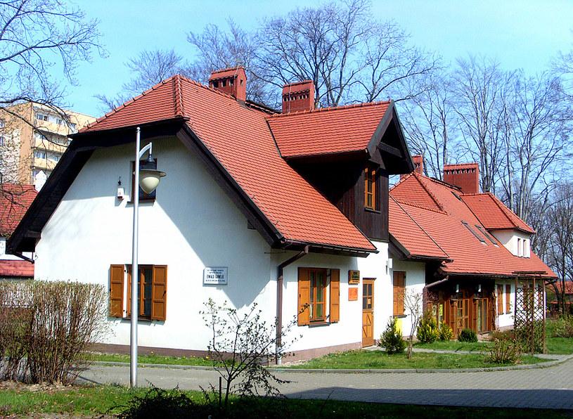 Odrestaurowana Karczma Śląska, na której widnieje pamiątkowa tablica poświęcona malarzowi Ewaldowi Gawlikowi /&nbsp